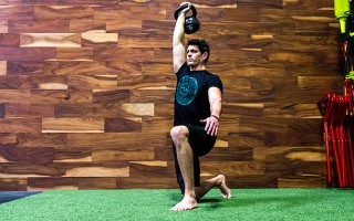 Sexy Move of the Week: 1-Arm Overhead Lunge